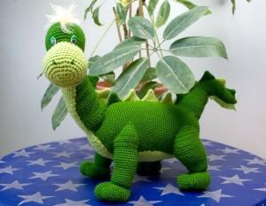 вязаный динозавр Дино