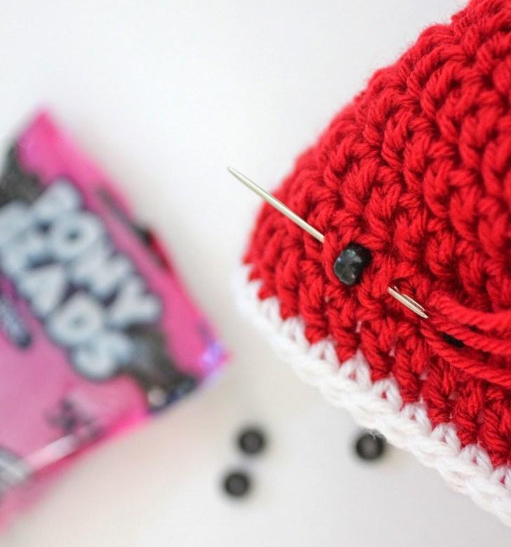 оформление вязаной арбузной панамки для девочки