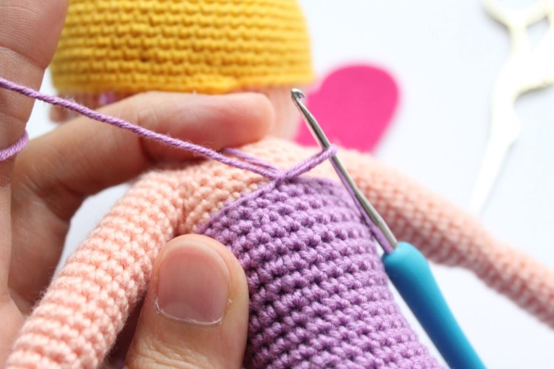 Оформляем вязанную крючком каркасную куклу