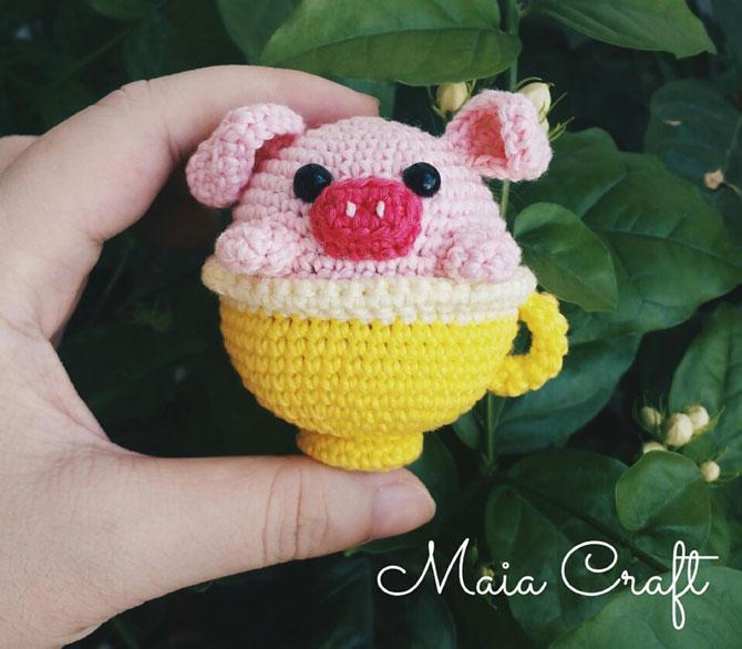 Свинка амигуруми в чашке крючком
