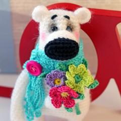 Вязаный медвежонок с цветами