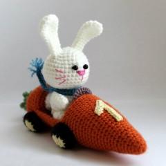 Амигуруми заяц в морковкомобиле