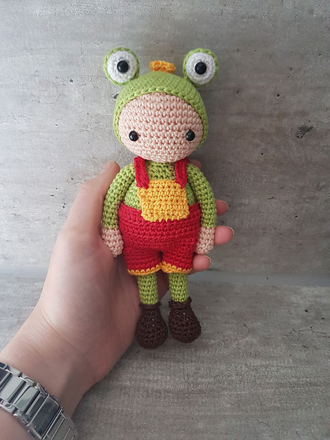 Вязаная кукла амигуруми в костюме лягушонка схема вязания игрушки крючком