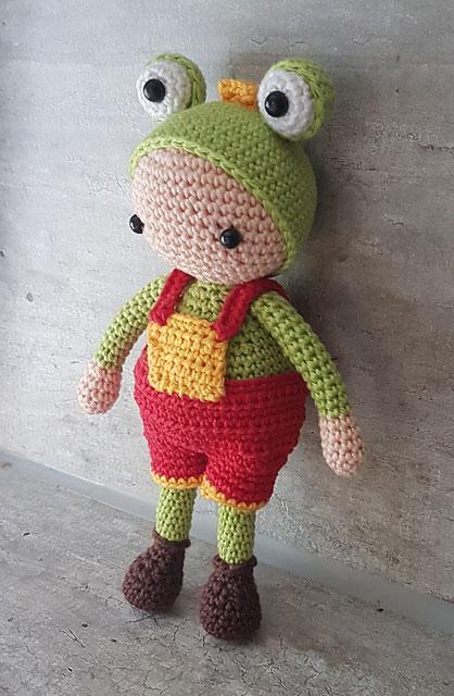 Вязаная кукла амигуруми в костюме лягушонка схема вязаной игрушки крючком