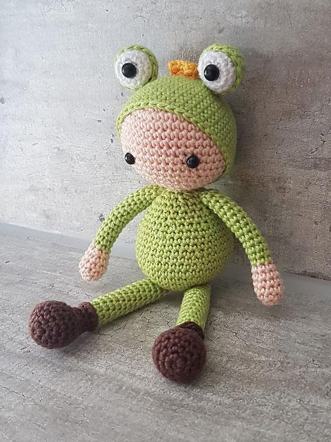 Вязаная кукла амигуруми в костюме лягушонка схема игрушки крючком