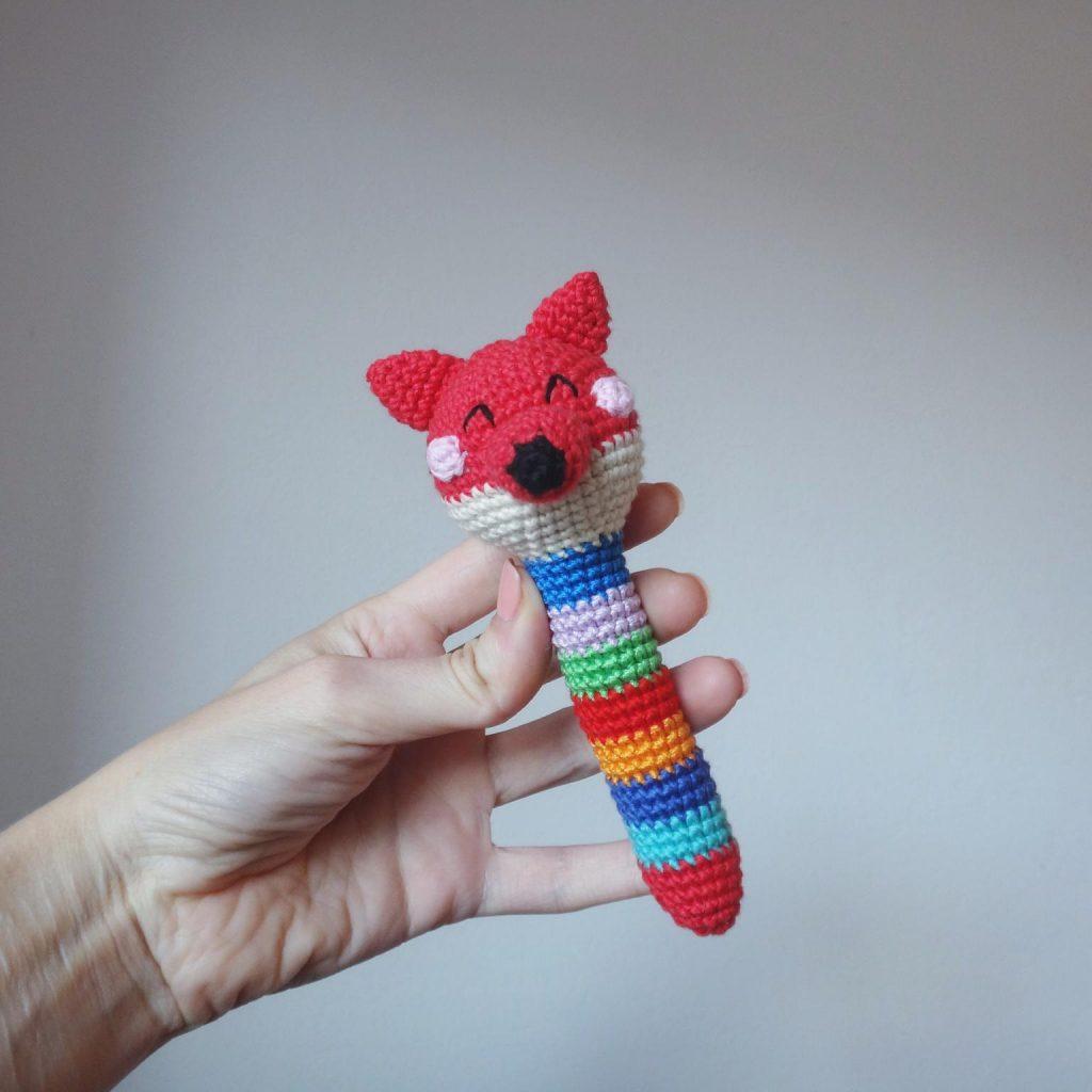 Вязаные игрушки погремушки крючком схемы лиса