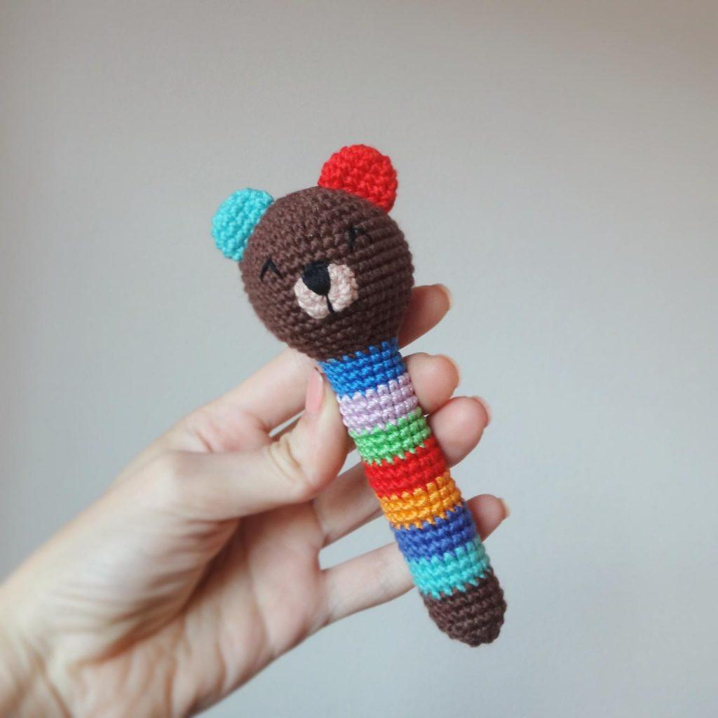 Вязаные игрушки погремушки крючком схемы мишка